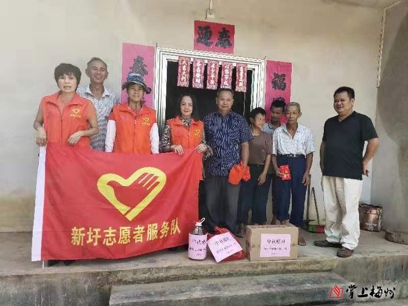新圩镇志愿者中秋节前走访慰问贫困群众