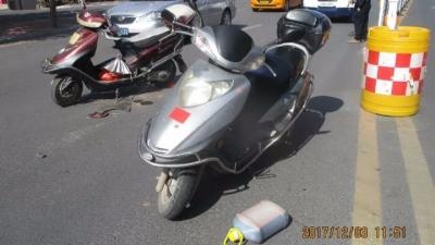 五华一无牌摩托与无牌助力车相碰撞  事故致两人受伤