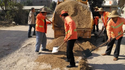 梅县区地方公路总站道班进行春运前道路平整工作