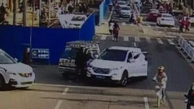 """和前车碰撞,兴宁""""路怒男""""一下车就抽出砍刀砍向对方…"""