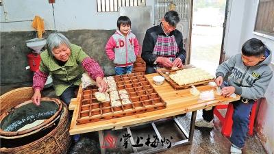 亲,快来,小编带您看看兴宁大坪布骆包子豆腐制作过程