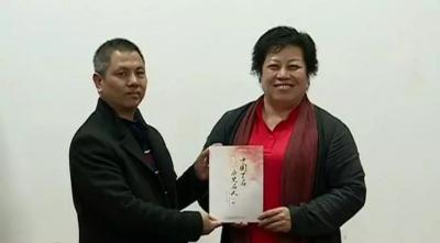 李建辉博士为虎山中学捐赠稿费和书籍