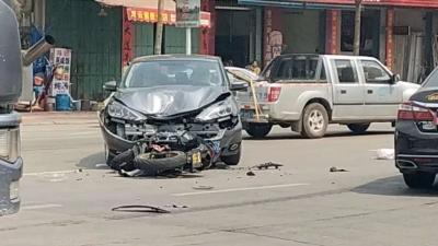 丰顺县城摩托跑车和小车发生碰撞,摩托司机被撞飞