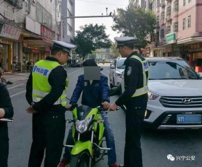 无证驾驶非法改装摩托还不配合执法!兴宁男子被拘15日