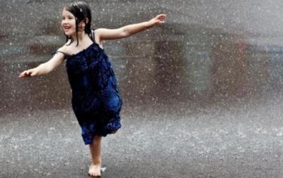 童心妙笔丨雨中的女孩