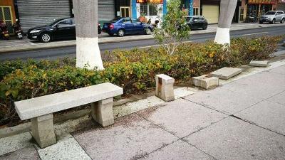 梅城沿江北路一石凳破损严重隐患多 市民盼早修复