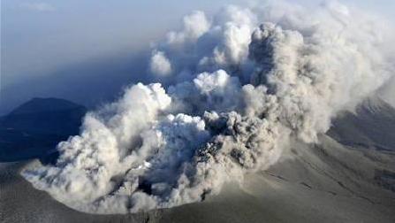 日本新燃岳火山大规模爆炸性喷发,烟尘高达2300米