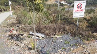电线保护区内竟焚烧垃圾!地点:205国道蕉岭广福路段