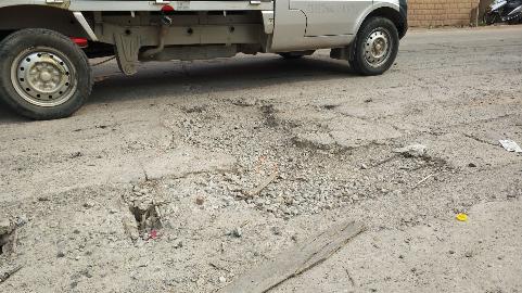 """当心!梅城这段路有""""连环坑"""",有车辆为躲坑开到对向车道"""