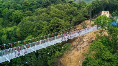 去玩吗,很刺激哦!丰顺八乡山大峡谷景区有条新开放的玻璃吊桥