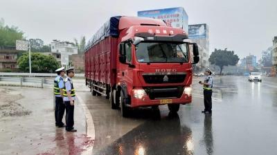 蕉岭28家企业与交通、交警部门签订治超承诺书