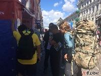 本报全媒体记者在现场:世界杯巴比大战一触即发,喀山街头球迷涌动