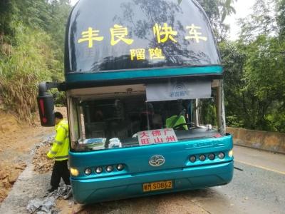 惊险!丰顺大巴与货车相撞险撞山,货车司机逃逸…