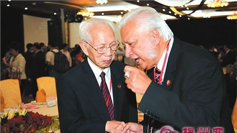 田家炳先生与熊德龙先生兴奋地握手交谈