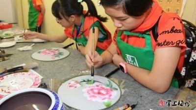 画团扇、做陶器 感受艺术之美