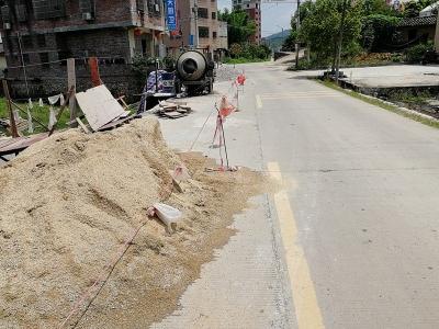 建筑材料这样放,省道变单向通行,老司机也犯难!
