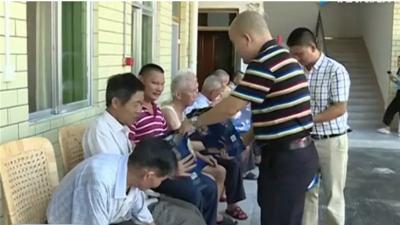 深圳龙岗五华经济促进会  组织回乡送月饼送祝福
