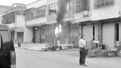 街头电线杆起火冒烟噼啪响,咋回事?7电表被烧毁...