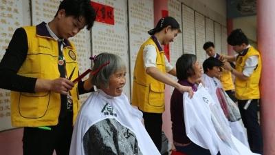 温暖300多名老人!梅州市装饰行业协会到兴宁敬老送福
