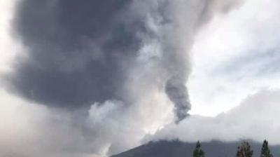印尼强震后同一岛屿火山又喷发 浓烟高达6千米