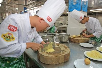 土豆丝要切得像牙签一样细!带你走进中国客家菜研发培训基地