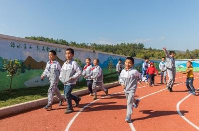"""""""教育+艺术""""!广州美术学院精准帮扶让五华县金坑村美起来"""