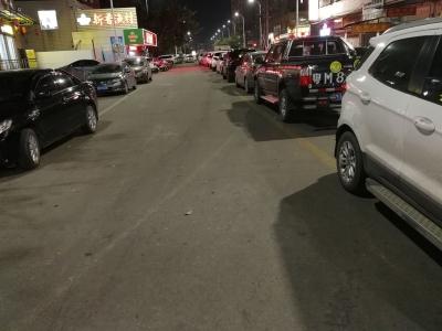 """竟把黄线当成""""停车线""""?!梅城这段路好多违停车…"""