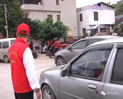 助力创文!平远县组织家长志愿者维持交通秩序