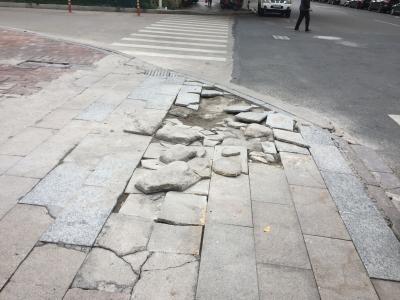 """梅城这条人行道""""毁容""""严重!市民盼修复"""