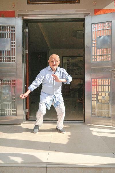 可敬!这个梅州七旬翁,用十年寻拍42位百岁老人