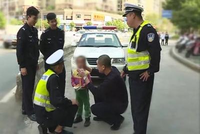 """梅州V视丨小孩走失梅县街头 遇到民警反而""""哇哇大哭"""",咋回事?"""