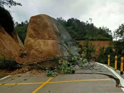 梅州V视丨吓人!连续降雨致山体巨石滚落路面,事发大埔洲瑞