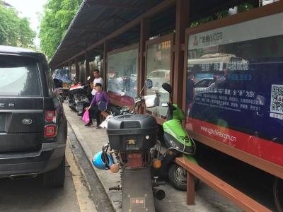 """曝光!梅城这个公交站常成""""公共停车场"""",谁来管管?"""