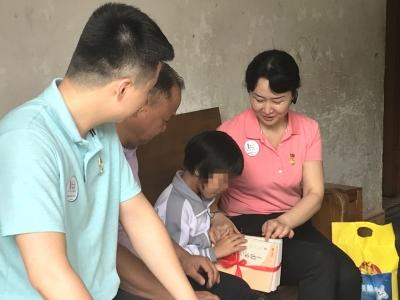 暖!梅县区志愿者走访贫困学子,送上爱心文具和助学金