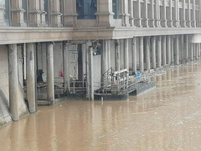 危险!梅城望江楼下,有人竟不顾水位上涨安然垂钓