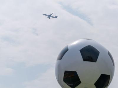 切磋球技交流经验!梅县区足协与铁汉预备队举行友谊赛