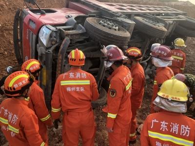 满载水泥货车侧翻一人被压车底!梅县消防紧急出动救援