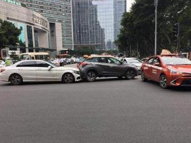 广州林和中路小车撞人事故致13伤,肇事女司机已被警方控制
