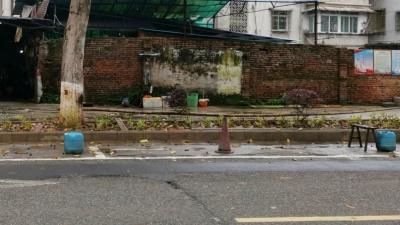 """塑料桶、板凳齐上阵...""""花式""""占车位又现梅城!"""