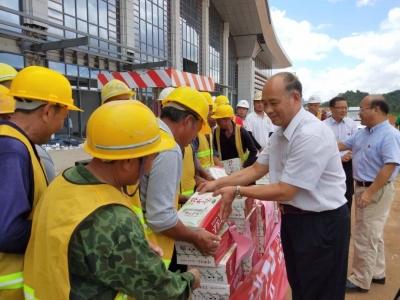 丰顺县总工会组织开展夏日送清凉活动,慰问高温作业一线职工