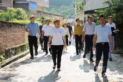 梅江区区长钟秀堂率队到西阳镇、城北镇调研