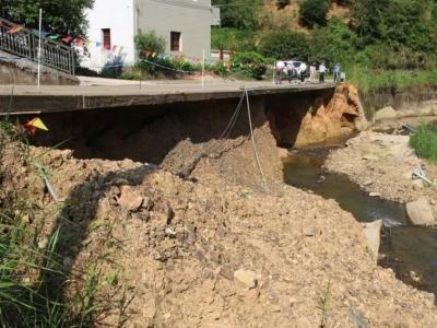 注意!梅县石坑这段路遭水毁,经过这里要减速慢行