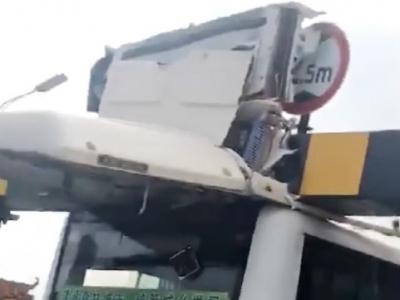 """梅城一公交被限高架""""削顶""""!2名乘客受轻微伤..."""