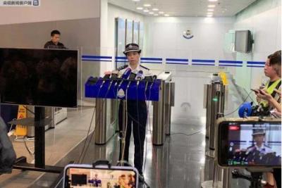 25日共有15名警员受伤,香港警方凌晨紧急召开记者会