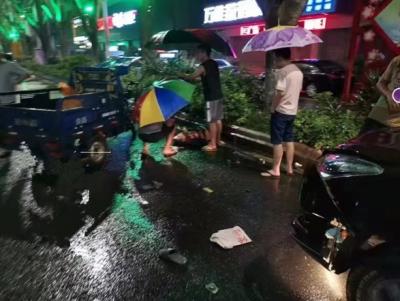 梅城雨夜现感人一幕,女子车祸受伤,他们救人后悄然离去…