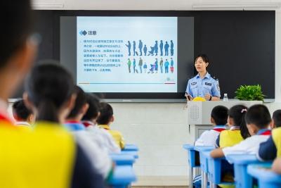 """同学们,今天开学!警察蜀黍先给你们上""""开学第一课"""""""