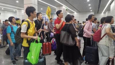 """""""广州-梅州""""高铁首发团抵达梅州西站!老广,梅州欢迎你!"""