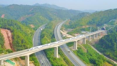 这是一条希望之路、奋进之路、高效便捷之路!梅州苏区首条高铁今天通车