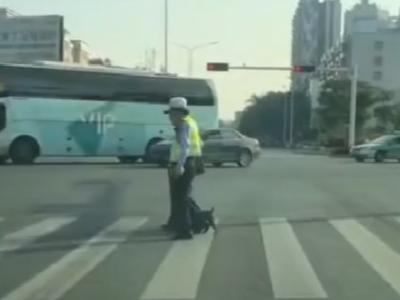 年迈老人过马路,梅县交警姐姐这个举动让人暖心!