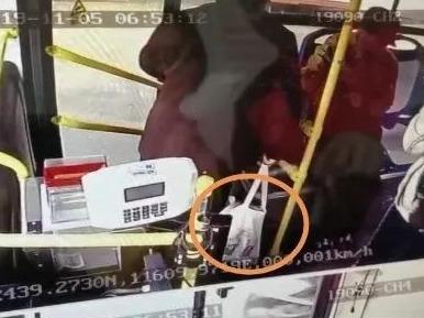 一个遗失的手提包,牵动着蕉岭民警的心...